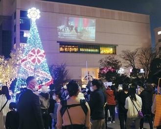 壁面を使い、動画を上映=21日、新百合ヶ丘駅前