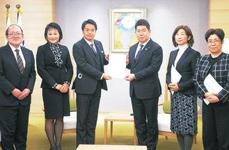 福田市長(右から3人目)に重点予算要望を手渡す麻生区選出市議団=市長室