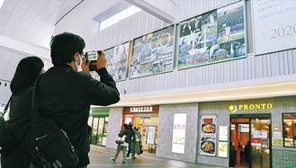 写真パネルを撮影するファン
