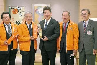 福田市長(中央)にワインを渡す飯草会長(左から2人目)ら