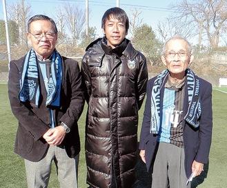 中村選手(中央)と並ぶ高桑会長(左)、中山相談役(区提供)