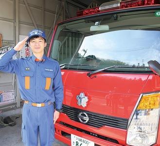 所属班の車両の前に立つ松本さん