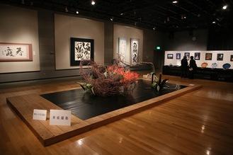 区美術家協会、区文化協会の作品が展示される=昨年度のようす