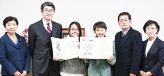 受賞作品と賞状をもつ(中央右から)別府君、石井さん