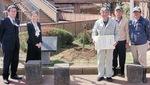 感謝状を手にする保存会メンバー(右)