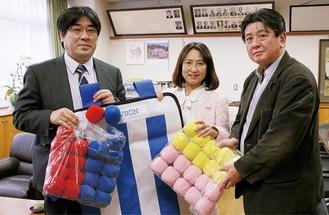 (右から)同協会の原田豊さん、杉本校長、柴田さん