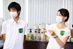 過去、同じ公演で活動する俊亮さんとかおりさん=実行委員会提供
