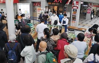 多くの人が地元野菜を求めて並んだ