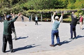 公園で体操する参加者