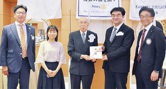 (左から)平岡勉幹事、学生ボランティアの田村さん、三富ガバナー補佐、俵理事、赤本会長