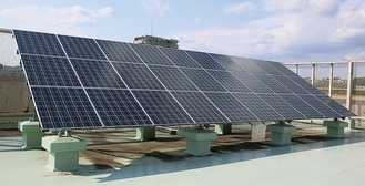 区役所屋上の太陽光パネル