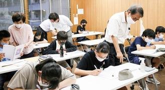 勉強する生徒と解説する寺子屋先生