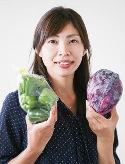 区内で撮れた野菜を持つ中村さん