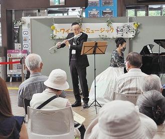 井上昭史さん・真美さんが演奏を披露した