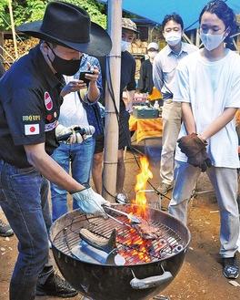 ステーキの焼き方を指導する下城会長