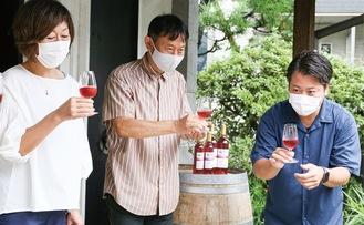 乾杯する山田さん(右)ら