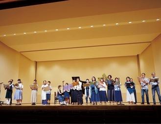 昨年10月、麻生市民館で開かれた合同発表会で「いのちの地球」を歌うメンバーたち(1000人合唱プロジェクト提供)
