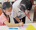魚の絵を描く子どもたち