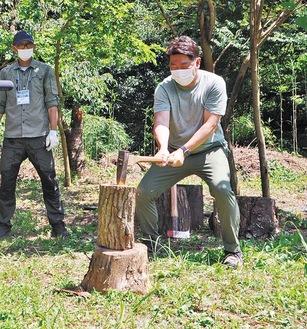 薪割りを体験する福田市長