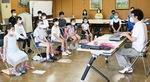 藤井さん(右)の指導で練習