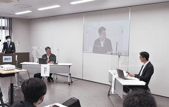 牧瀬准教授(右)の質問に答える福田市長