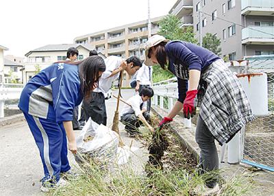 地元高校と協力して清掃