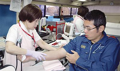 県赤十字が区役所で献血
