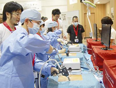 小学生が模擬手術