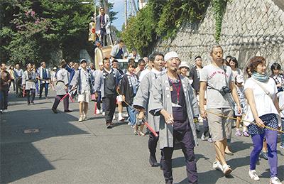 住民ら100人余り 練り歩き