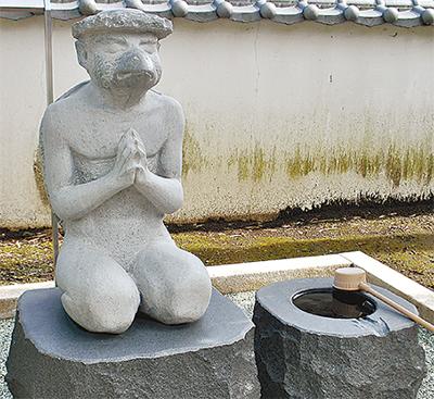 供養する河童 石像に