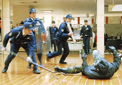 駅前で緊迫のテロ訓練