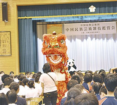中国雑技に子ども達も笑顔