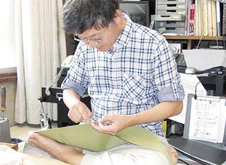 繊細な仕立て技で優れた技能を発揮する吉田さん。