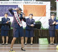 歌を披露する歌手の宮下敏子さん