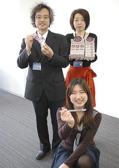 ココデントを手にする石田会長(左)ら
