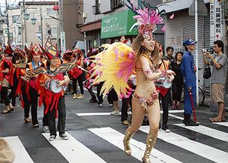 ダンサーや楽器隊が商店街を彩った