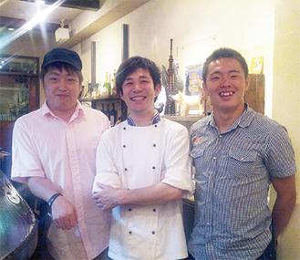 齋藤選手(右)と兄・優さん(左)、行きつけの店の店員(優さん提供)