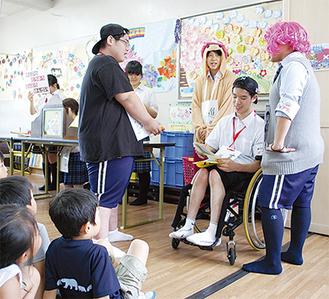 児童たちの目の前で熱演した県川高の生徒たち