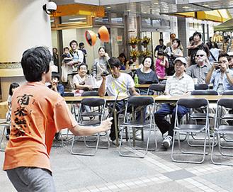 中国駒を披露する学生