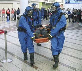 負傷者を搬送する化学防護班