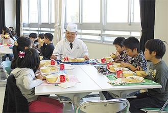 児童と会食する山口シェフ