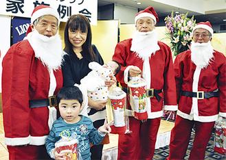 サンタからプレゼントをもらい喜ぶ子ども