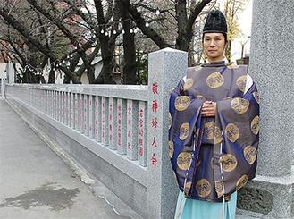 改修された玉垣と中村博行宮司