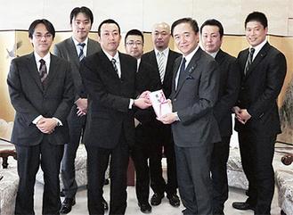 黒岩知事(中央右)に目録を渡す化学総連のメンバー