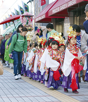 子どもらがパレール周辺を練り歩いた