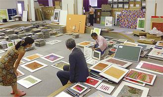 ねむの木学園講堂で出展作品を選ぶ関係者