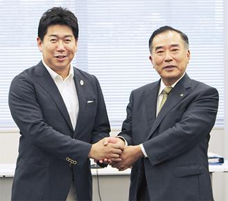 策定案に期待を示す福田市長(左)と山田会頭