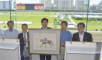 絵画を前に記念撮影する小川さん(左から2人目)、楯岡さん(中央)、平野さん(右から2人目)ら