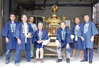修復された神輿とともに立つ関係者