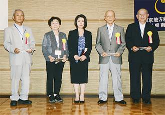 表彰された第1期会員と木島支部長(中央)